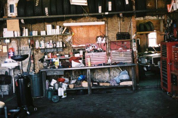Bygga garage för montering och förvaring av bildelar